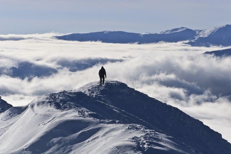 Escalando a montanha no inverno imagens de stock royalty free