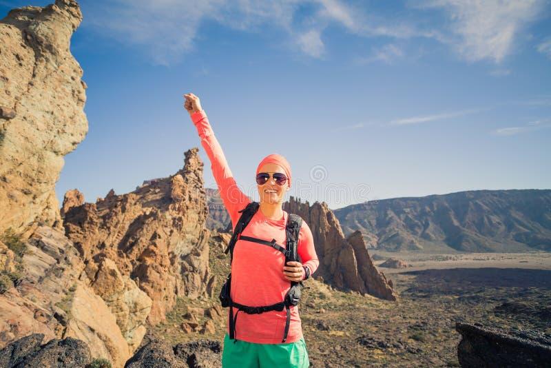 Escalando ou caminhando o sucesso com os braços estendido nas montanhas fotografia de stock
