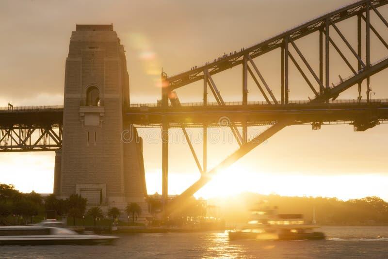 Escalando Sydney Harbour Bridge no por do sol imagens de stock royalty free