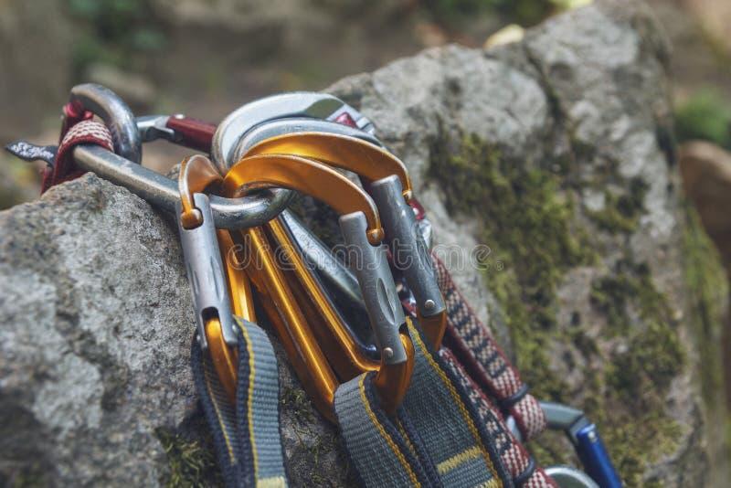 escalar Um grupo dos carabiners nas rochas foto de stock