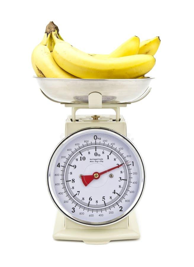 Escalas da cozinha do estilo velho com bananas imagem de stock royalty free
