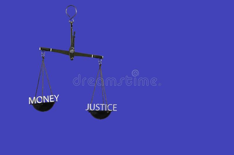 Escalas da lei no fundo azul isolado Escolha entre o dinheiro e a justiça fotos de stock