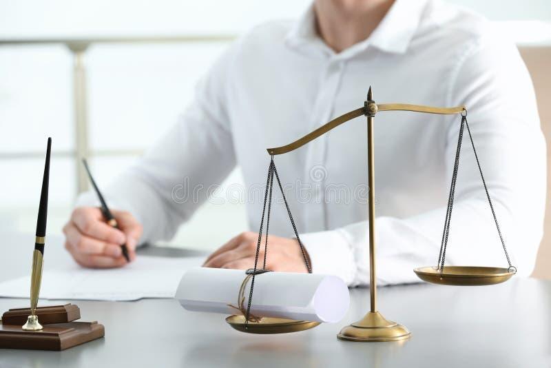 Escalas de justiça com rolo selado e da opinião borrada o notário imagens de stock royalty free