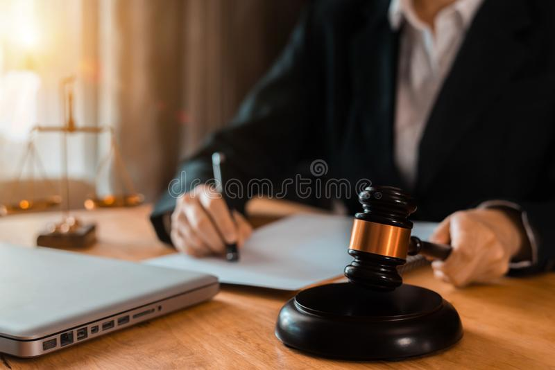 Escalas de justiça, conceitos da lei no escritório imagens de stock royalty free