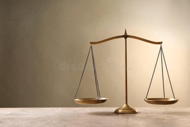 Escalas de justiça no tabl fotografia de stock royalty free