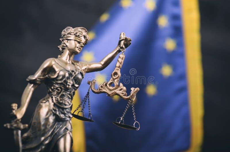 Escalas de justiça, senhora Justice na frente da bandeira da UE fotografia de stock