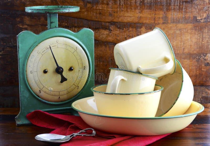 Escalas de la cocina del vintage y tazas y cacerolas de la lata foto de archivo libre de regalías