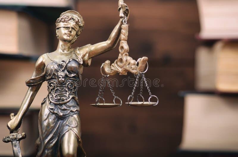 Escalas de livros de justiça, da senhora Justice e de lei no fundo foto de stock royalty free