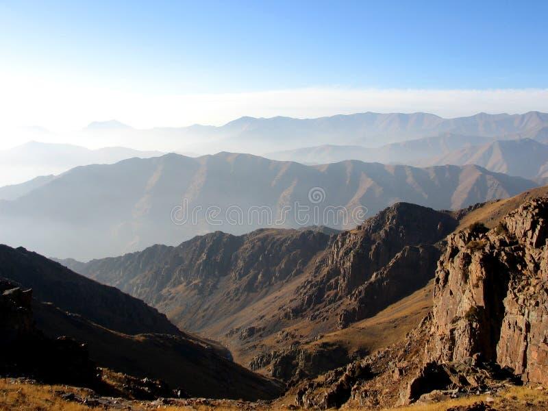 Escalas de montanha distantes fotografia de stock