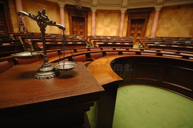 Escalas decorativas de la justicia en la sala de tribunal foto de archivo libre de regalías