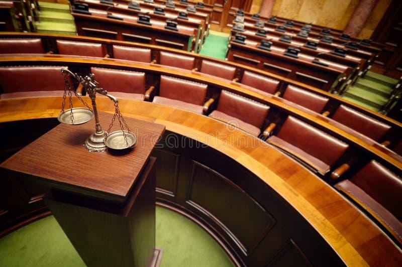 Escalas decorativas de la justicia en la sala de tribunal imágenes de archivo libres de regalías