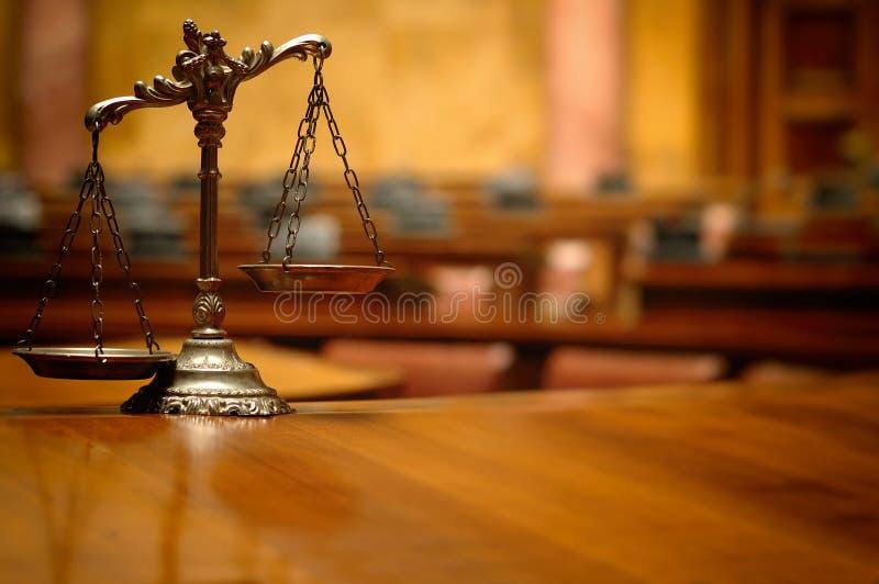 Escalas decorativas de la justicia en la sala de tribunal imagen de archivo