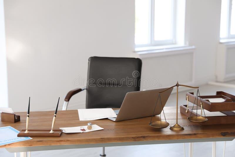 Escalas do selo de justiça, do portátil e da cera na mesa imagem de stock