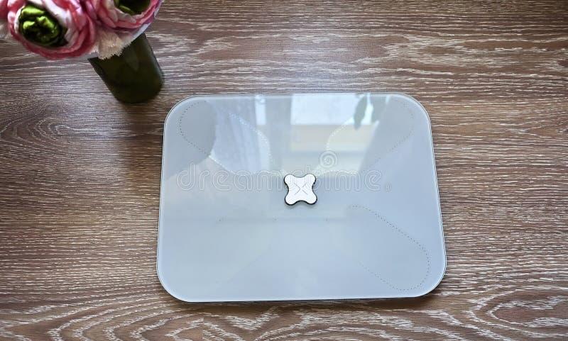 Escalas electrónicas para medir el peso del cuerpo humano Estas escalas permiten que usted no sólo mida el peso de una persona fotos de archivo libres de regalías