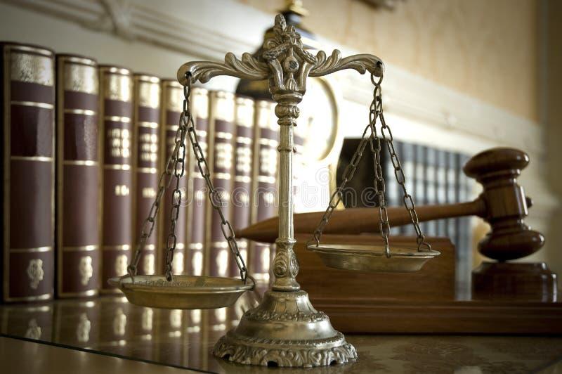 Escalas mazo del `s de la justicia y del juez foto de archivo