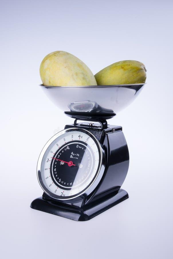 escalas para a cozinha ou escalas da cozinha com manga imagens de stock