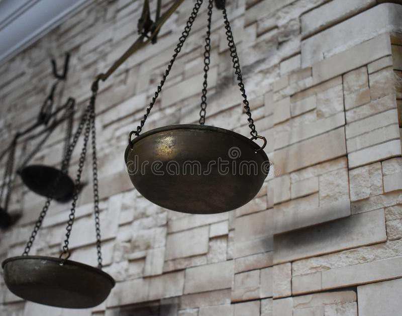 escalas parede de tijolo na frente do fundo foto de stock royalty free