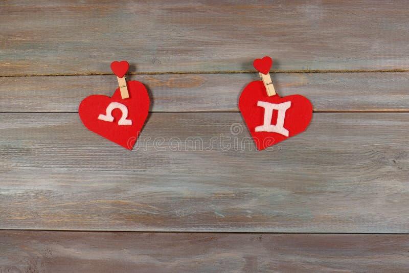 Escalas y gemelos muestras del zodiaco y del corazón Backgrou de madera imágenes de archivo libres de regalías