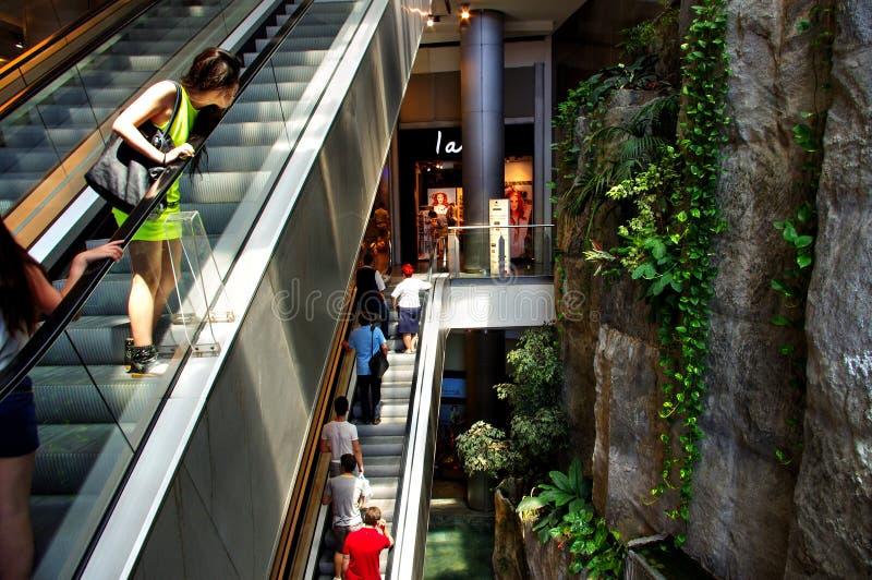 Escalator au centre commercial, Budapest, Hongrie photographie stock