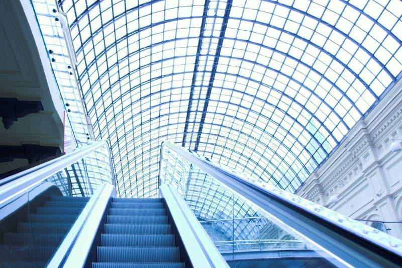 Escalator au centre commercial, Moscou photos libres de droits