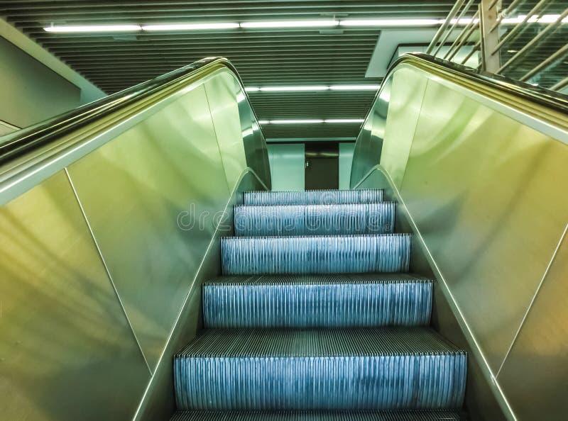 Escalator au centre moderne de bureau image stock