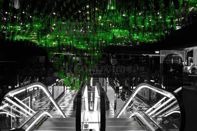 Escalator avec le lustre vert ci-dessus photo libre de droits