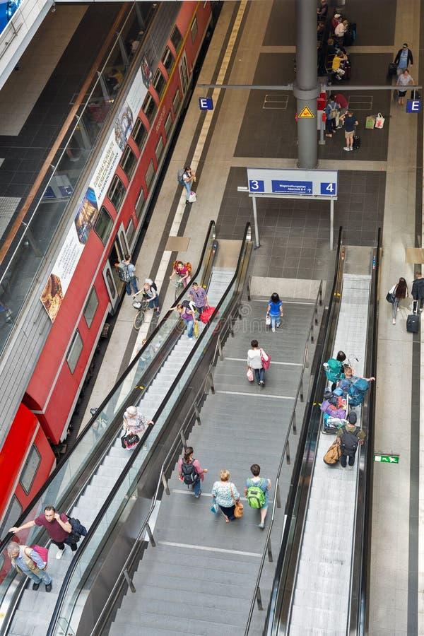Escalator central de gare ferroviaire ou de Hauptbahnhof à l'intérieur à Berlin, Allemagne photographie stock