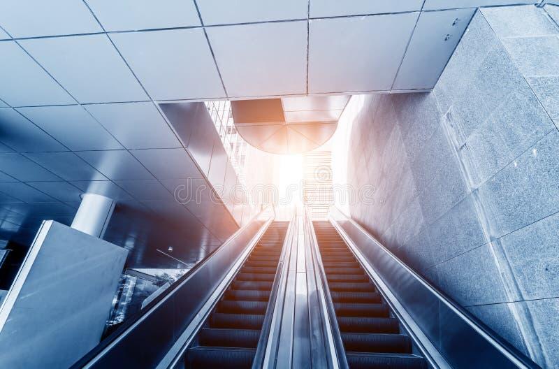 Escalator dans la rue de ville image stock