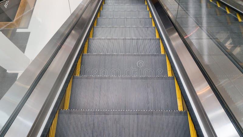 Escalator dans le système photographie stock