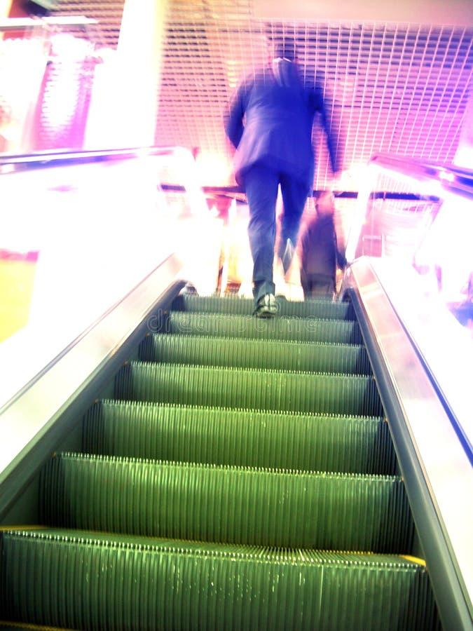 Escalator et homme trouble dans le mouvement photo libre de droits