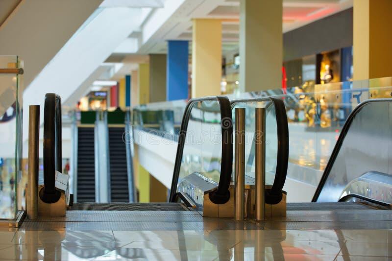 Escalator et intérieur moderne vide de centre commercial photographie stock