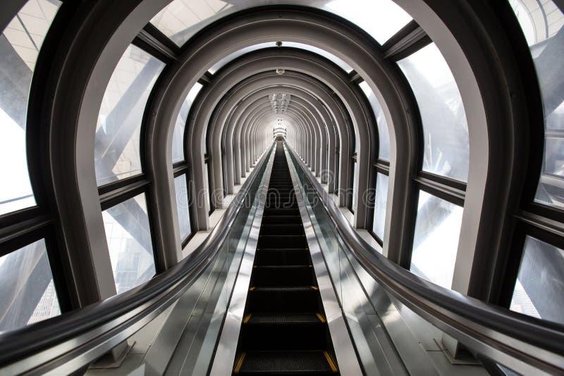 Escalator futuriste, l'espace abstrait dans un bâtiment moderne image libre de droits