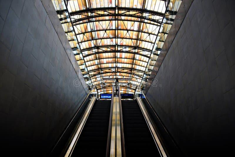 Escalator menant à un dock photo libre de droits