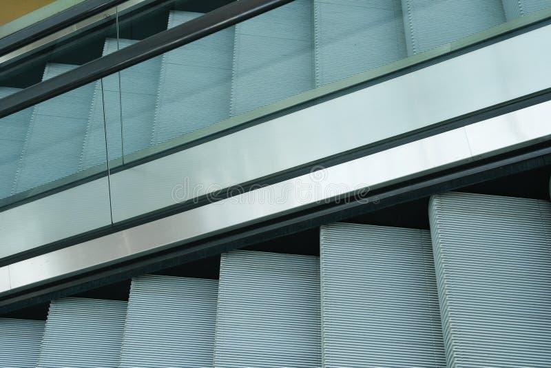 escalator moderne dans le mail images stock