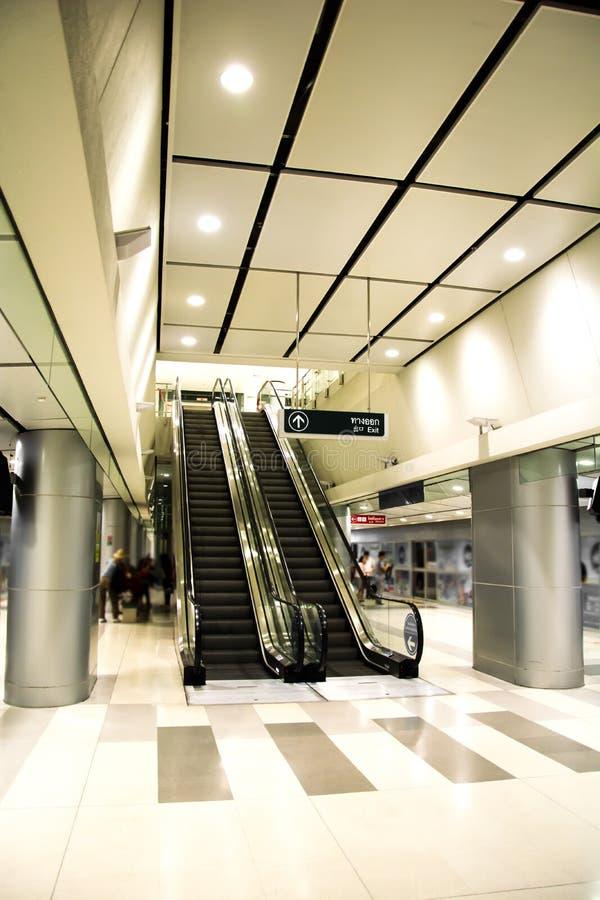 Escalator moderne de station et conception intérieure d'architecture photo libre de droits