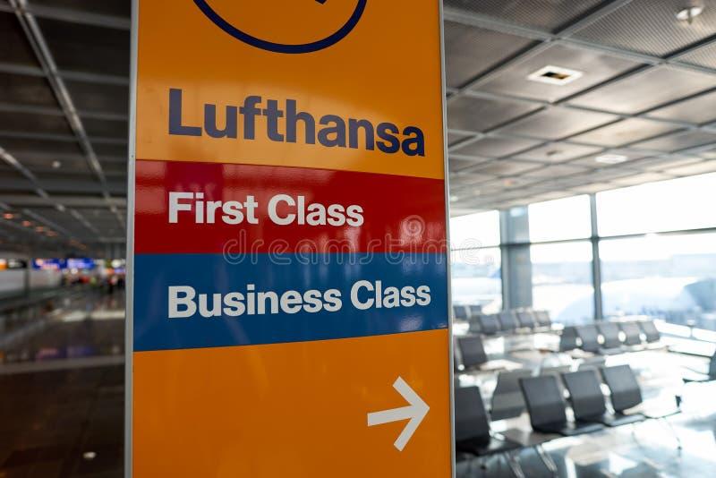 Escalators dans l'aéroport image libre de droits
