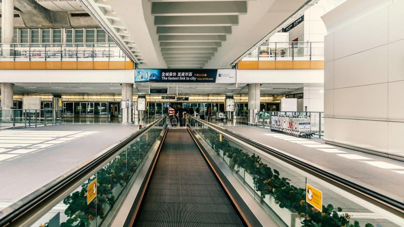 Escalators dans l'aéroport international photo stock