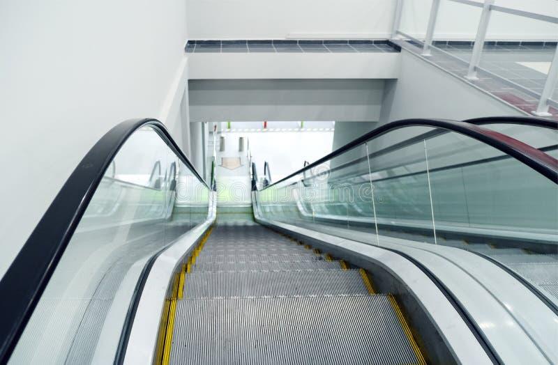 Escalators de luxe modernes avec l'escalier à l'aéroport photos libres de droits