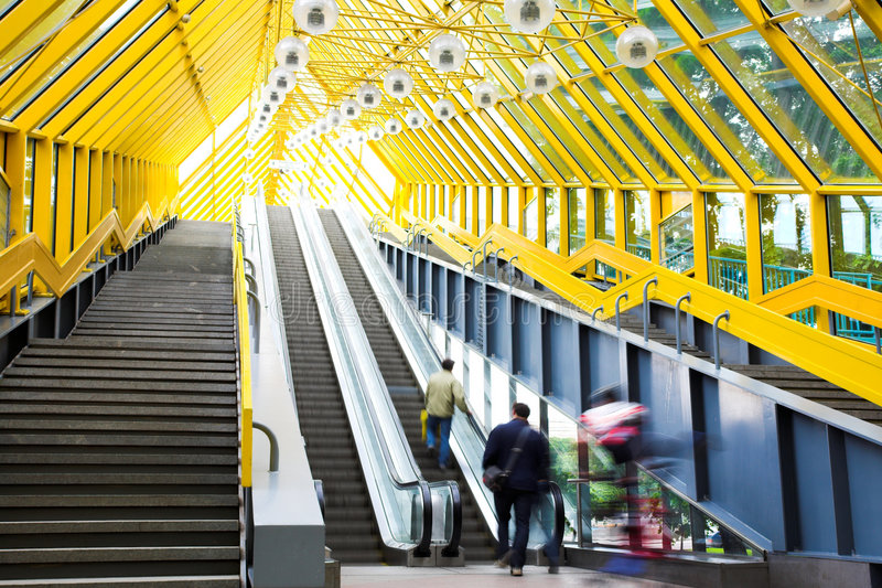 Escalators et escaliers de Mooving photographie stock libre de droits