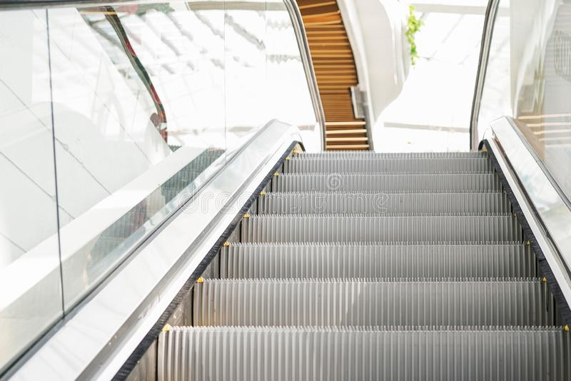 Escalators gris électriques modernes se relevant image libre de droits