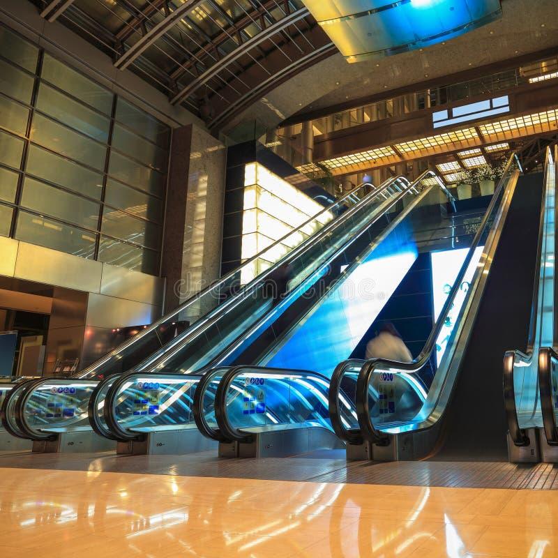 Escalators mobiles dans l'entrée la nuit photographie stock libre de droits