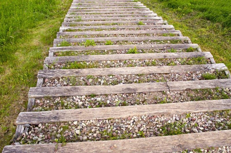 Escalera al aire libre de madera vieja con grava en parque for Escalera de madera al aire libre precio