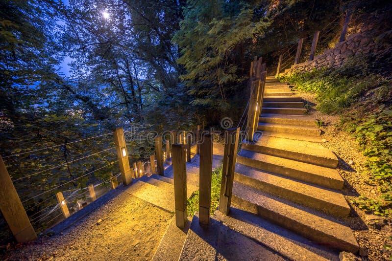 Escalera al aire libre iluminada bajo claro de luna imagen de archivo