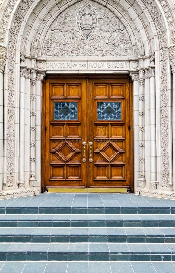 Escalera al cielo - pasos de progresión a la puerta de madera de la iglesia foto de archivo