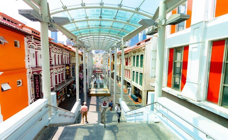 Escalera a Chinatown y entrada de la estación del MRT entre los edificios diseñados históricamente icónicos situados en la ciudad imagen de archivo