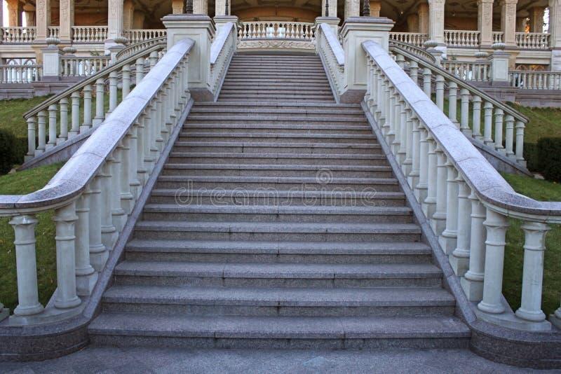 Escalera clásica hermosa de la mansión en el parque foto de archivo