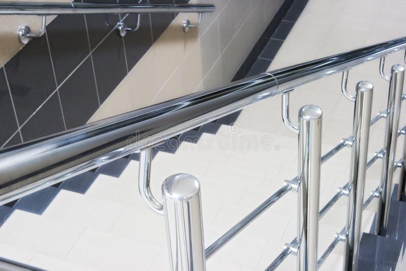 Escalera con el pasamano metálico de la escalera fotografía de archivo libre de regalías