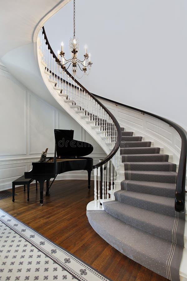 Escalera con el piano fotografía de archivo