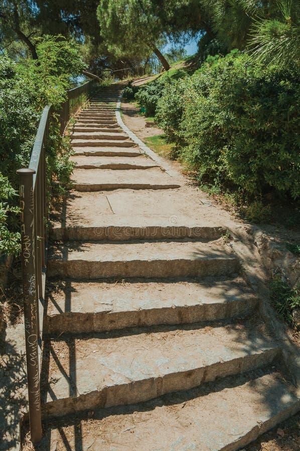 Escalera con la barandilla del hierro que va hacia un jardín en Madrid imagenes de archivo