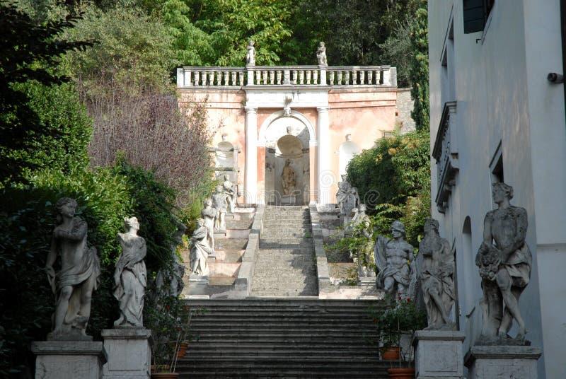 Escalera con las estatuas que ésa lleva a un pequeño templo en un chalet en Monselice a través de las colinas en el Véneto (Itali fotos de archivo libres de regalías